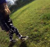 look bambina con pantaloni in felpa jungle bianco e nero stampa giraffa, sciarpa e cuffia blu elettrico, piumino la redoute e sneakers golden goose oro