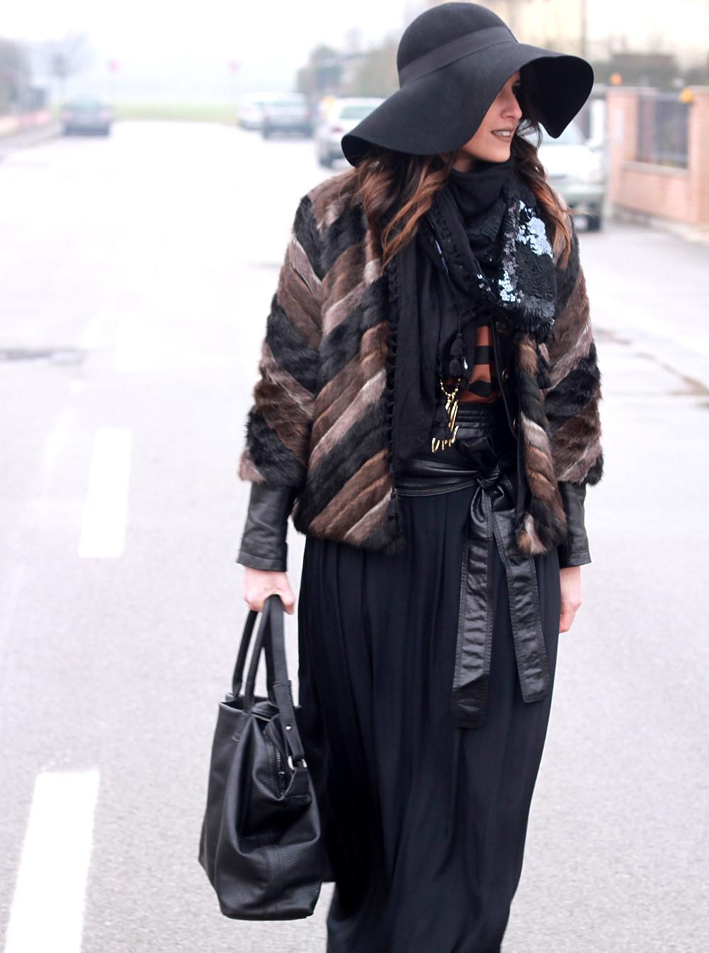 look donna con cappello, ecopelliccia, gonna lunga, righe, maxi borsa, tronchetti a punta e collana con iniziale