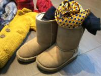 dettagli look bambina con stivali ugg coccarda vintage creata a mano con cravatta e giacca in panno di lana giallo ocra mom&me