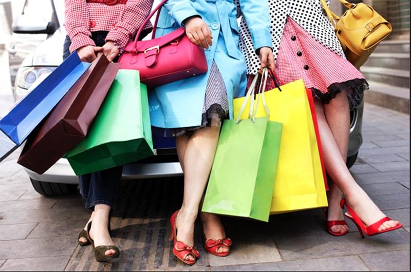 saldi_shopping_donna_amiche_borse_sporte_abbigliamento_colori