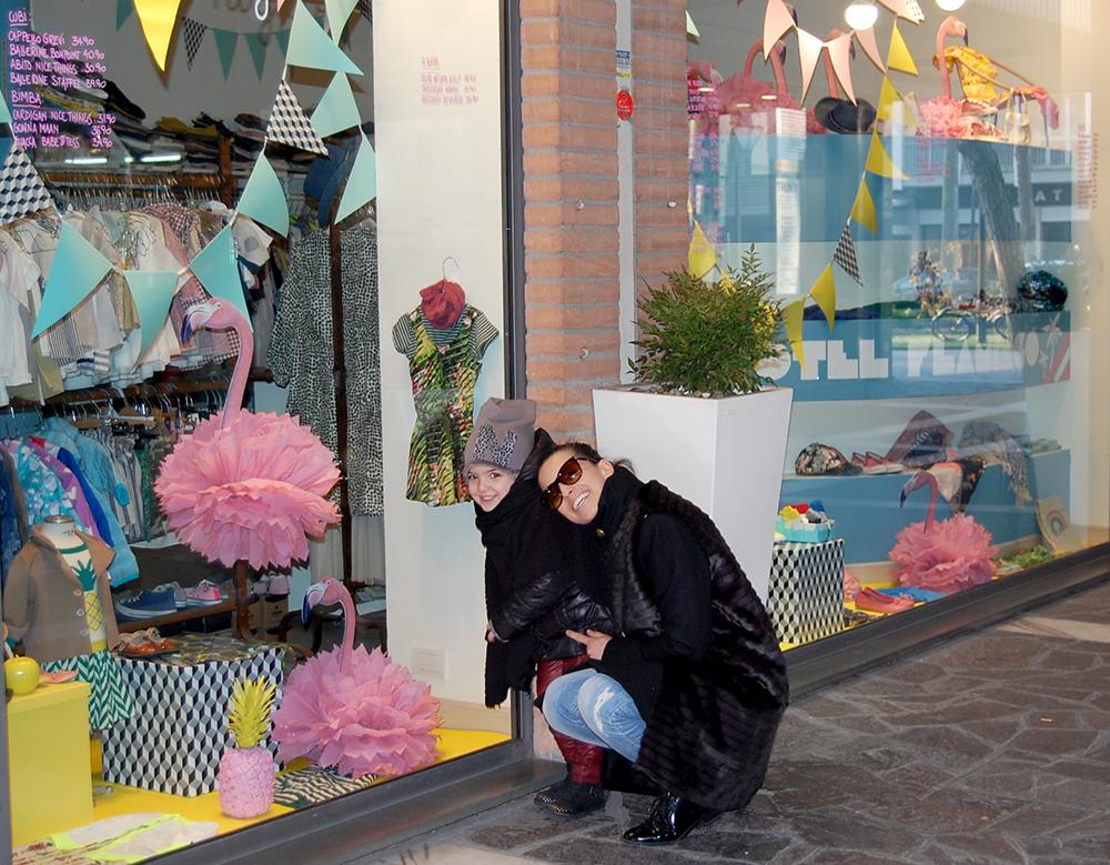 mamma e bimba sorridono davanti ad un negozio di abbigliamento bambini di cervia dove poter fare shopping insieme
