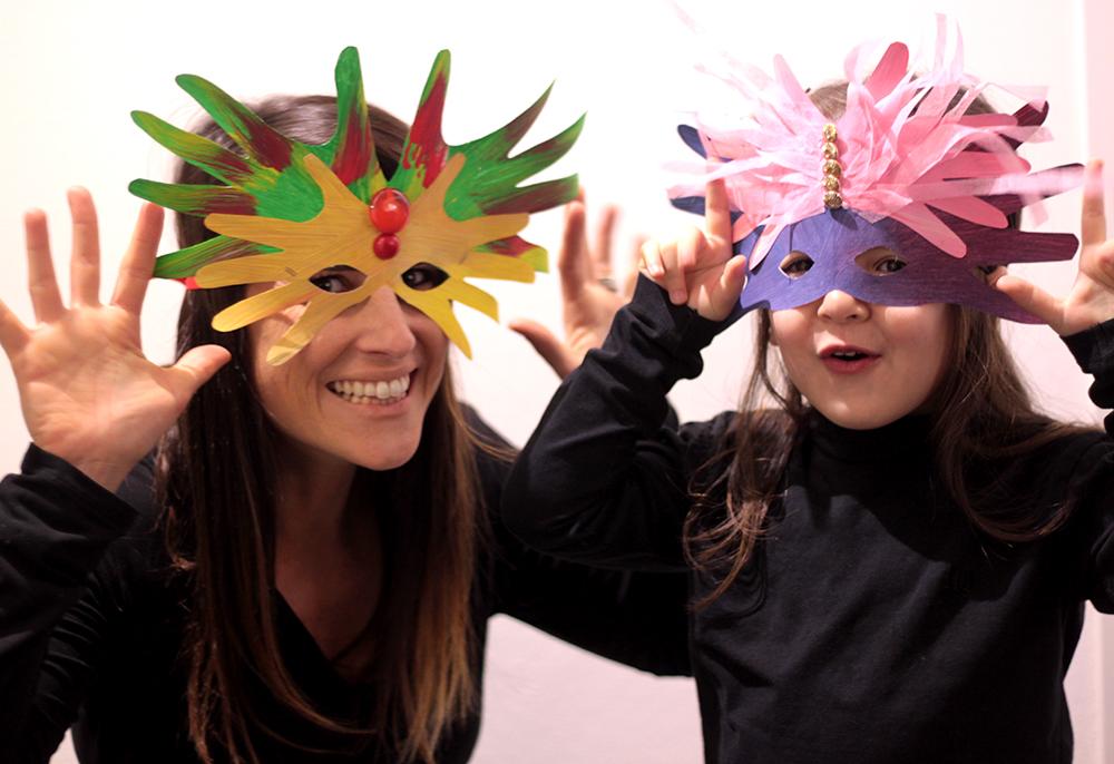 maschere di carnevale realizzate a mano con colori e tempere mamma e figlia mom&me