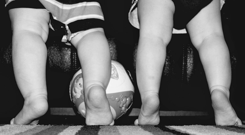 piedini nudi e primi passi bambini neonati