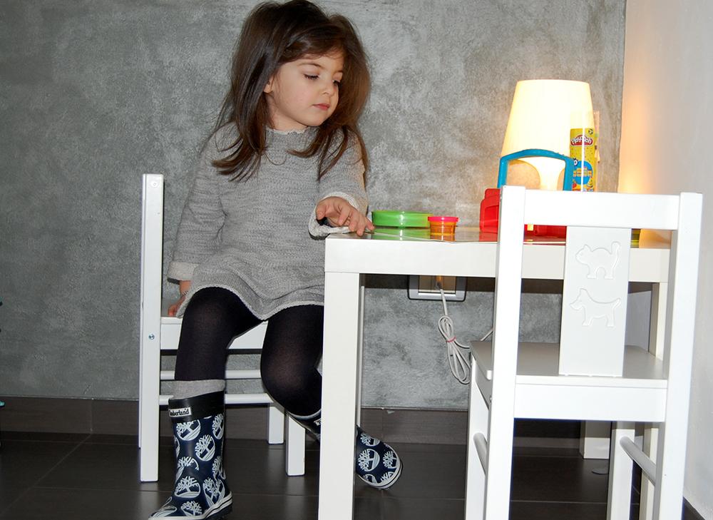 bambina pensierosa per la pioggia gioca con didò ed indossa stivali in gomma timberland ed un abito in felpa fatto a mano dalla mamma folliefollie by mom&me