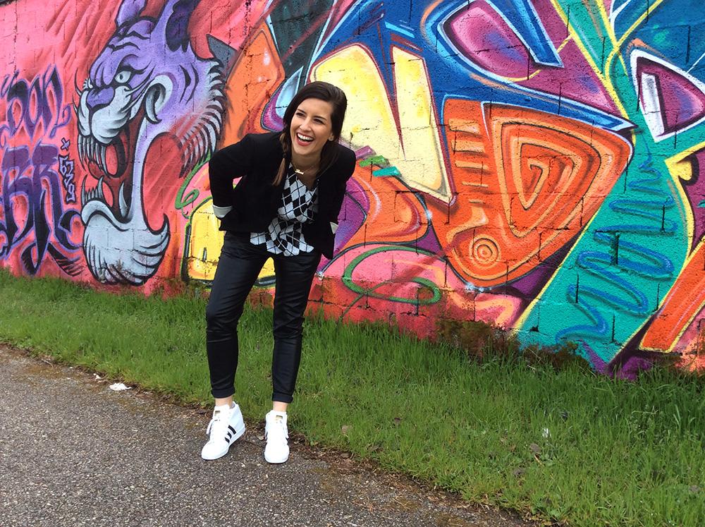 adidas_superstar_up_murales_street_style_look_donna_felpa_losanghe_paillettes_handmade_blazer_pantaloni_ecopelle_treccia_capelli_ridere_momeme