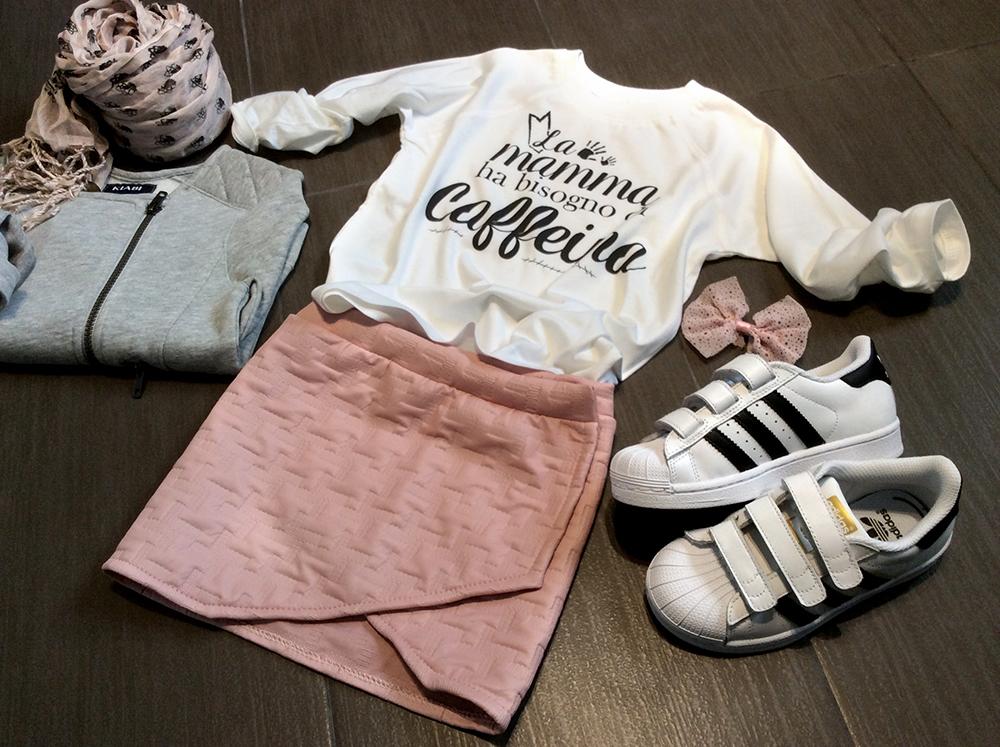 ecopelle_rosa_pied_de_poule_minigonna_portafoglio_bambina_look_t-shirt_caffeina_folliefollie_momeme_adidas_superstar_felpa_fiocco_capelli_foulard_fantasia