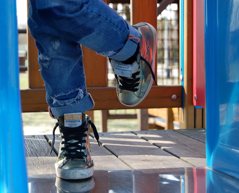 fiori_parco_sneakers_golden_goose_oro_look_bambina_momeme