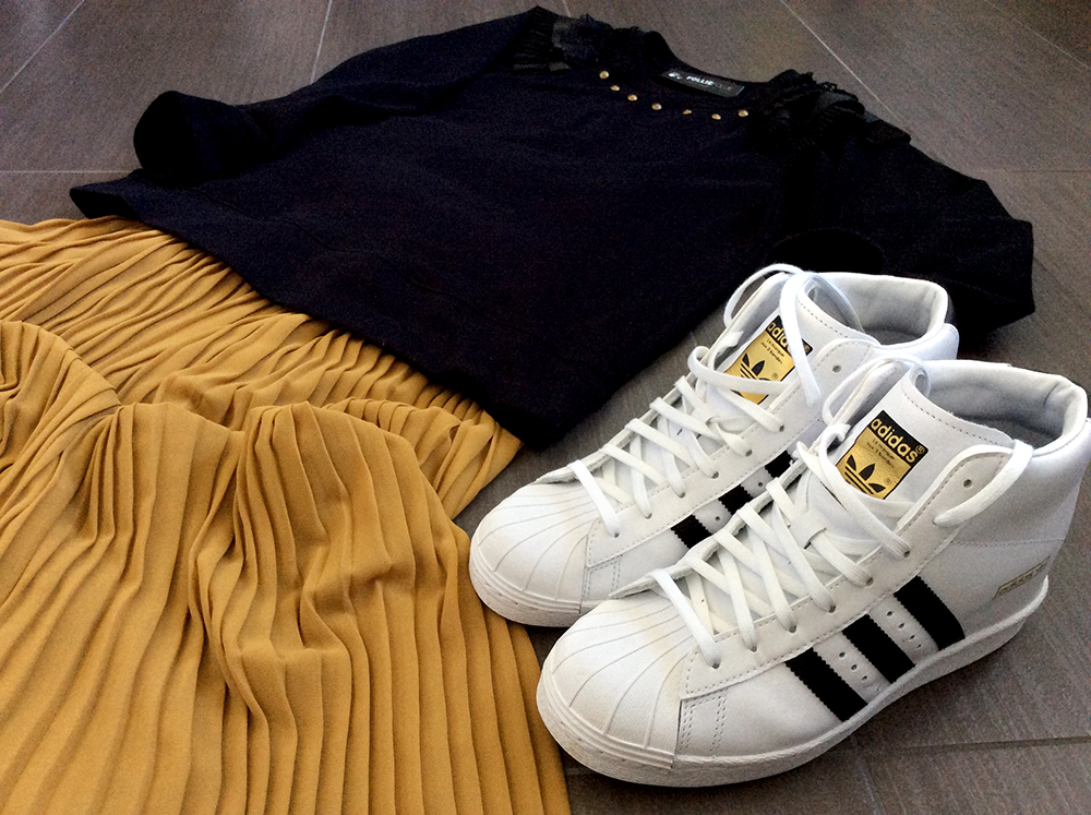 giallo_ocra_primavera_look_donna_gonna_plisse_adidas_superstar_up_felpa_folliefollie_momeme