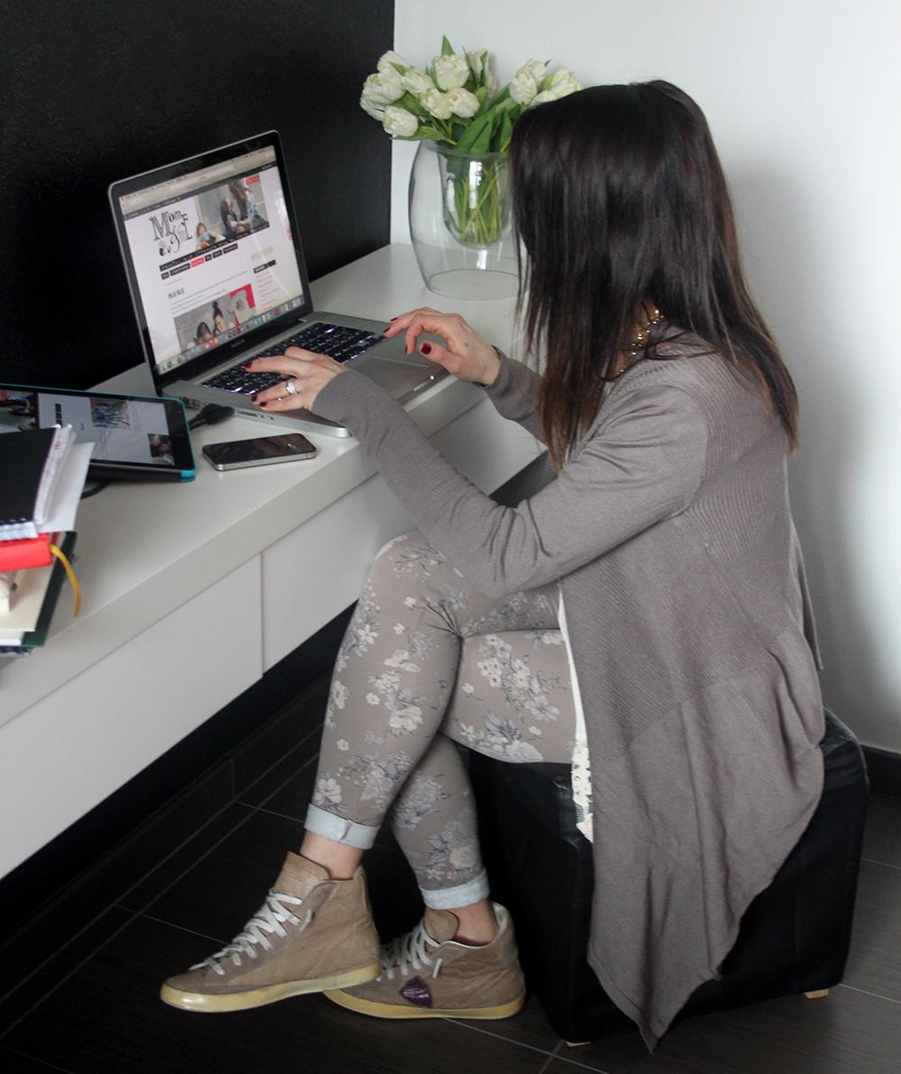 momeme_mamma_blogger_lavoro_computer_look_undercolor_of_benetton_leggings_fiori_maglia_pizzo_cardigan_maglia_sneakers_philippe_models