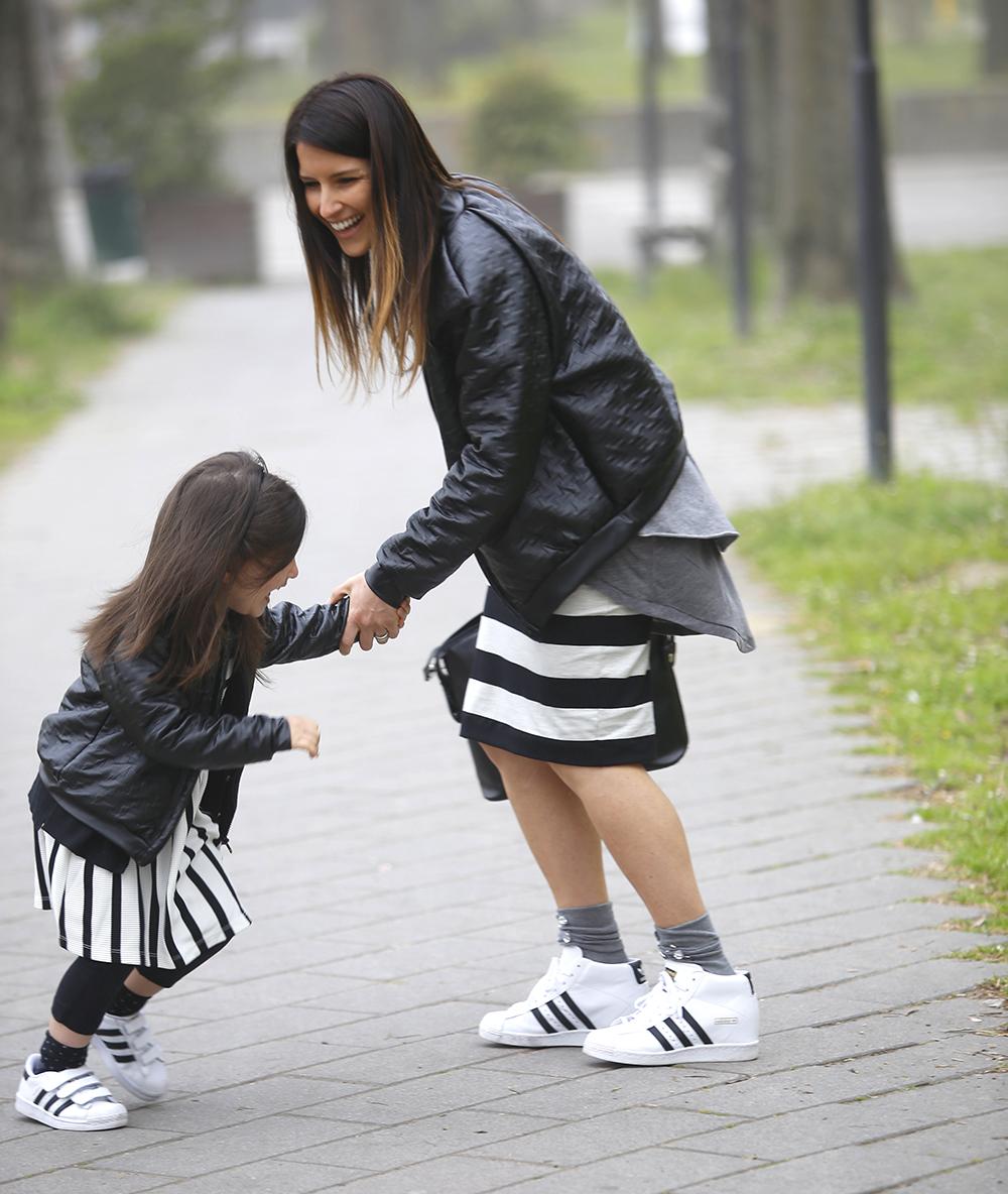 mamma e figlia giocano felici insieme con look coordinato con righe e bomber in ecopelle texture pied de poule fatto a mano folliefollie by mom&me e adidas superstar