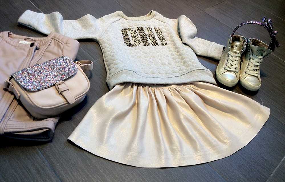 effetto_metal_look_bambina_gonna_felpa_giacca_ecopelle_cipria_borsa_cerchietto_capelli_glitter_sneakers_crime_london_momeme