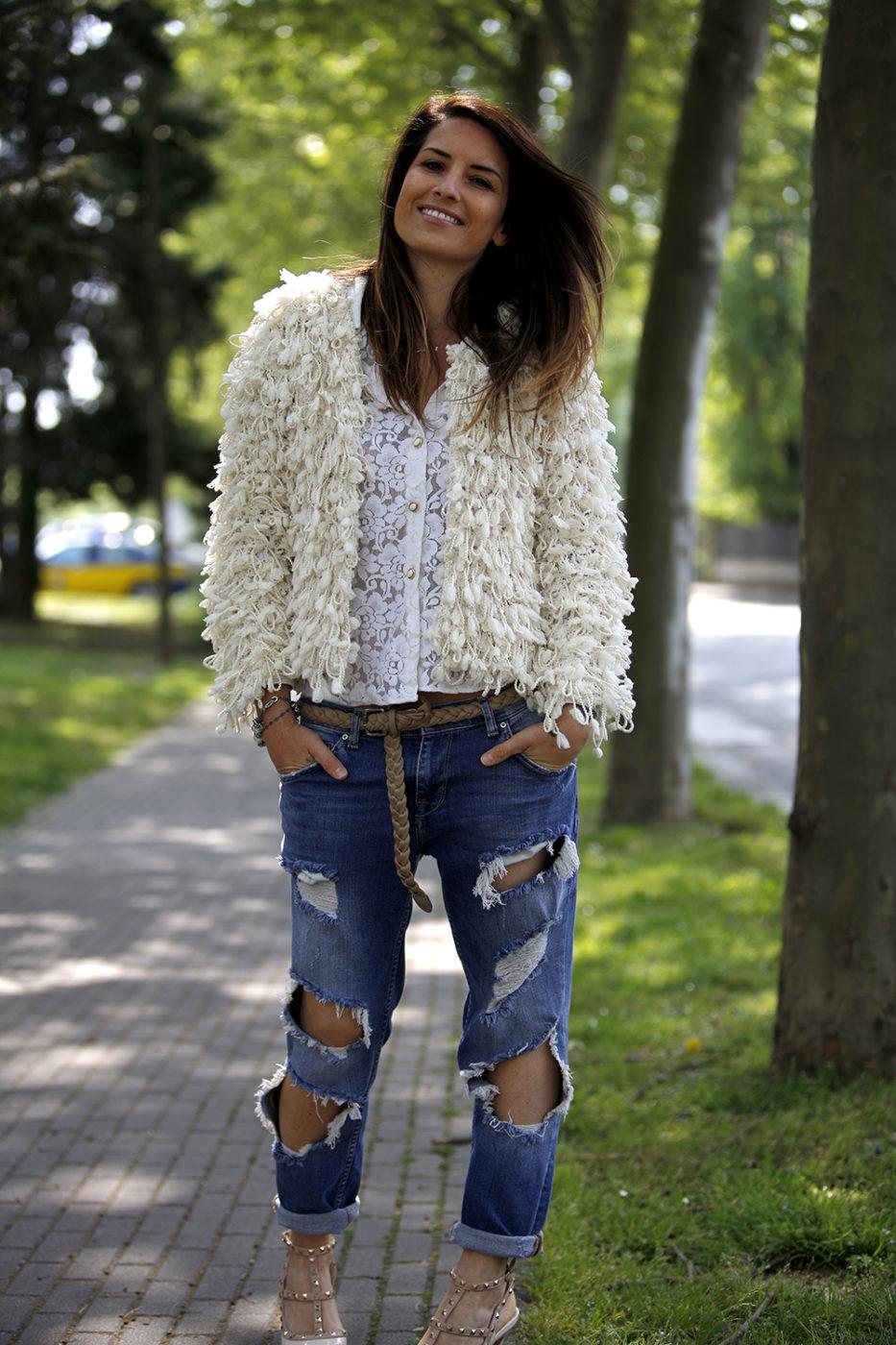 outfit donna con jeans stracciati zara, sandali modello valentino, camicia in pizzo e giacca pelo lungo panna