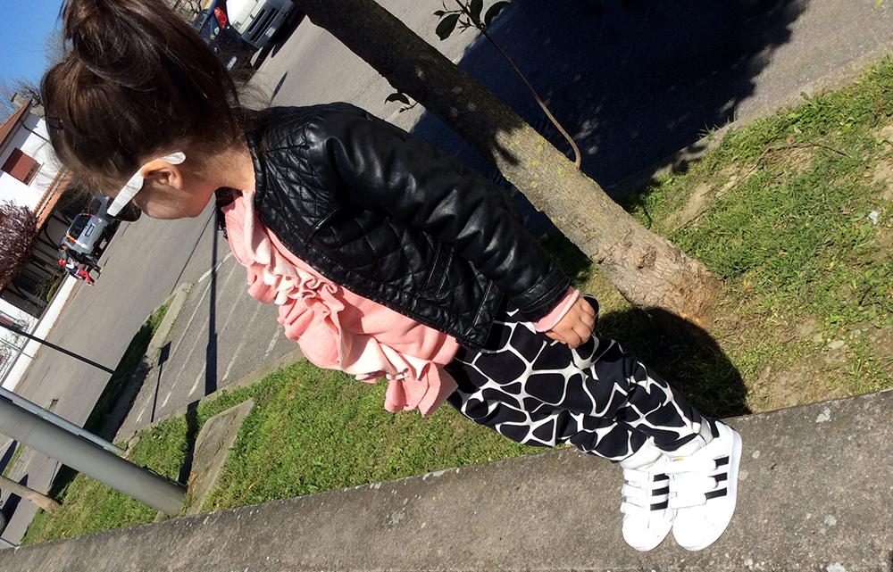 look_bambina_momeme_pantaloni_buggy_jungle_bianco_nero_handmade_adidas_superstar_felpa_rouche_dou_dou_giacca_ecopelle