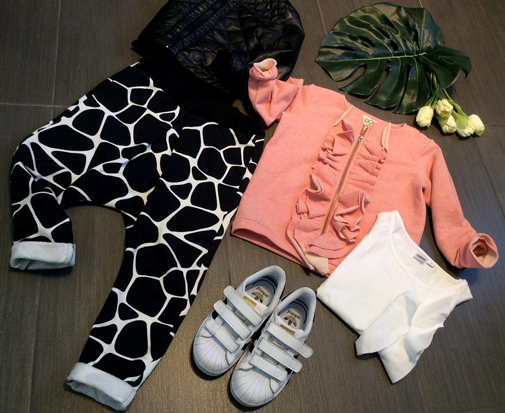 look_bambina_pantaloni_buggy_jungle_bianco_nero_handmade_adidas_superstar_felpa_rouche_doudou_rosa_giacca_ecopelle_momeme