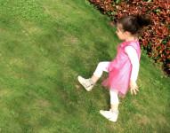 bambina gioca in giardino con vestito a pois Malvi & Co made in italy