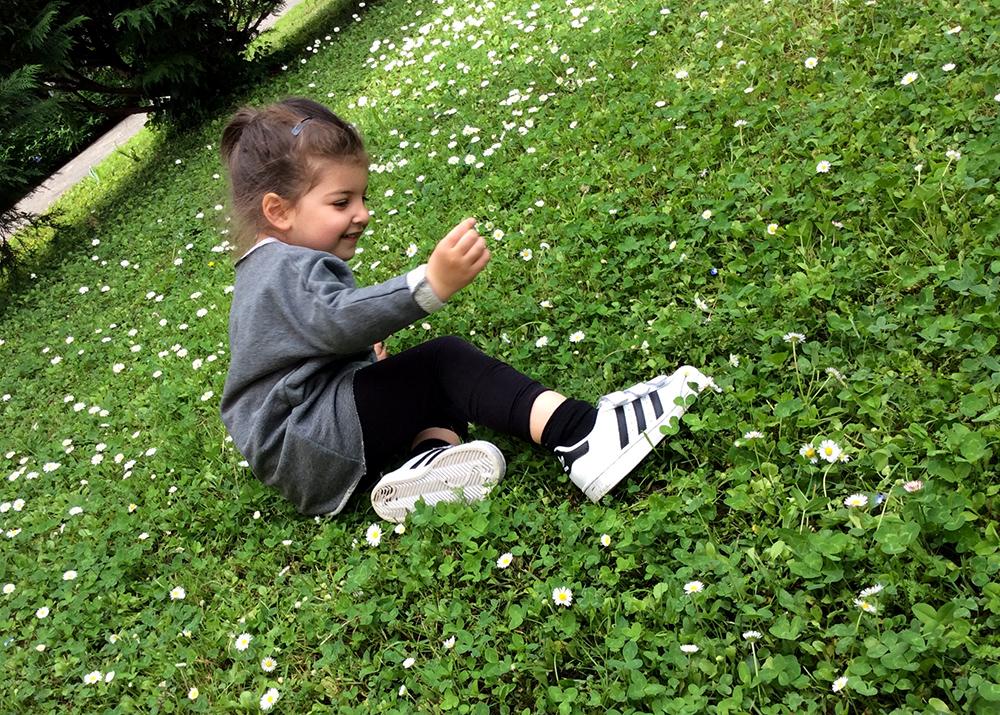 casual_sportiva_bambina_giardino_margherite_quadrifoglio_felpa_leggings_adidas_superstar_kids_momeme