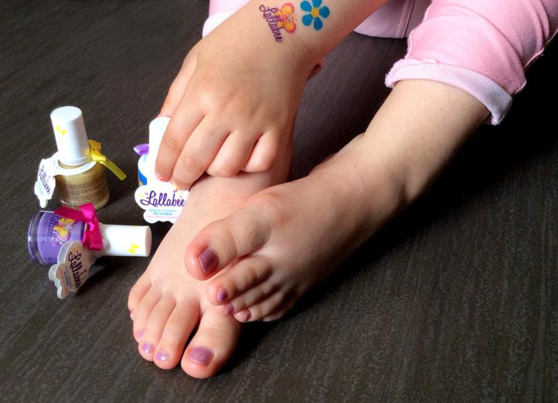 piedini bambina con smalto rosa lallabee atossico e lavabile con acqua