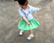 spunto outfit bambina con adidas originale superstar, gonna a ruota verde mela, camicia in jeans e t-shirt bianca