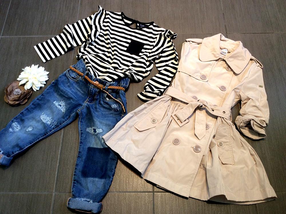 spunto outfit bambina con trench iDo, jeans rovinati, t-shirt a righe e fiori per capelli