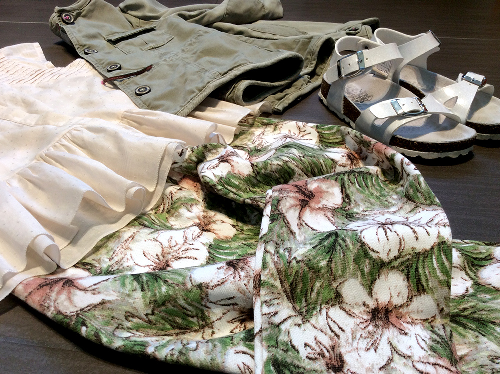 look bambina con leggings a fantasia fiori, top, parka verde e sandalini primigi per l'estate