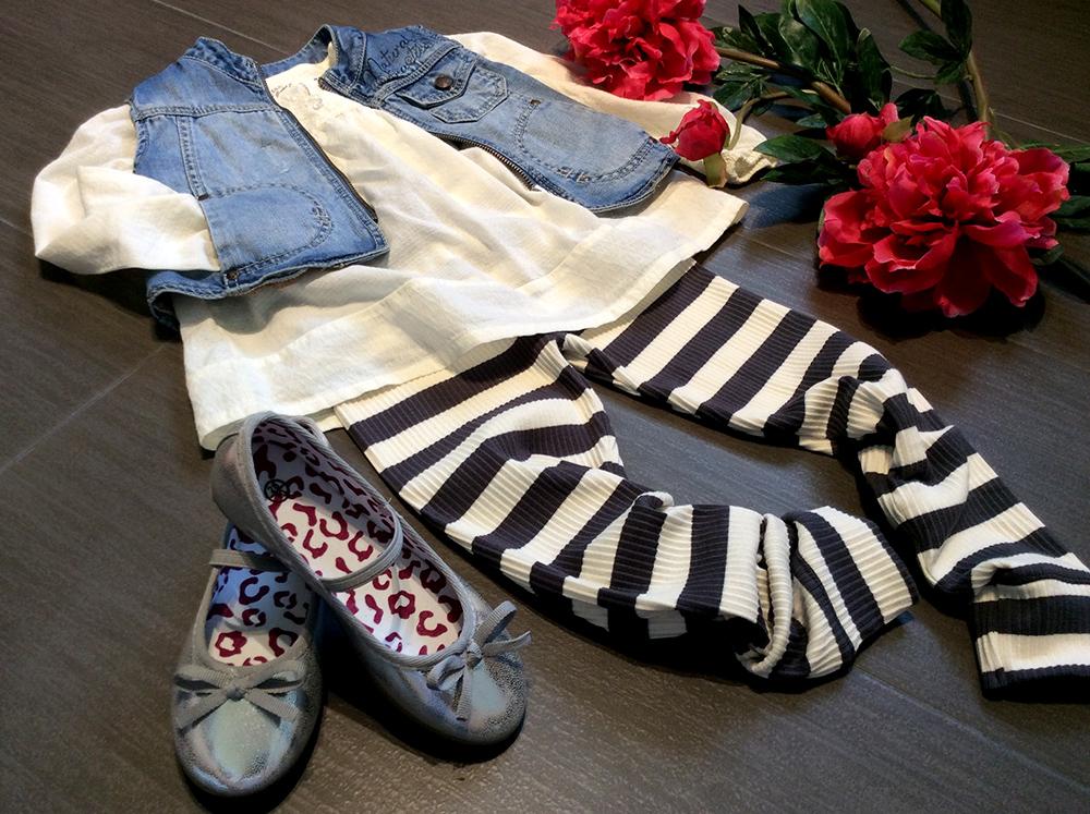 spunto outfit bambina con leggings a righe, blusa, gilet in jeans e ballerine argento