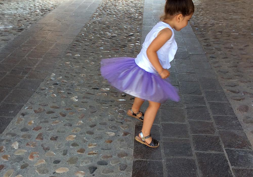 banbina ballerina con gonna in tulle lilla viola, canotta top bianco e minorchinas glitter grigio antracite