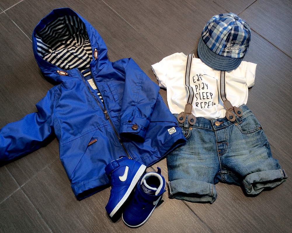 spunto outfit bambino con parka impermeabile, pantaloncini in jeans con bretelle shirt bianca folliefollie by mom&me, cappello catya e nike