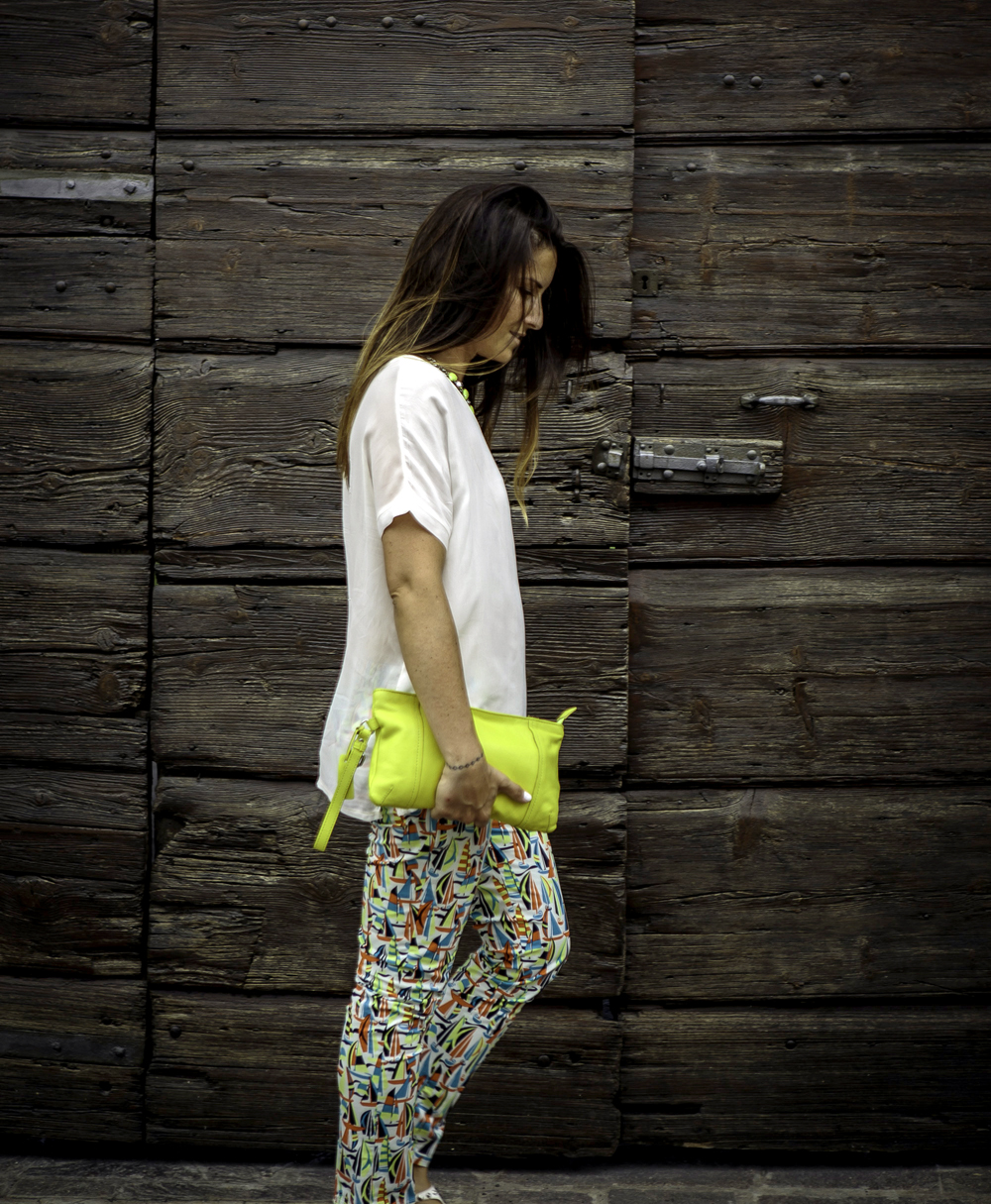 Petit_Bateau_pantaloni_colori_acidi_top_bianco_pochette_giallo_lime_capelli_shatush_momeme