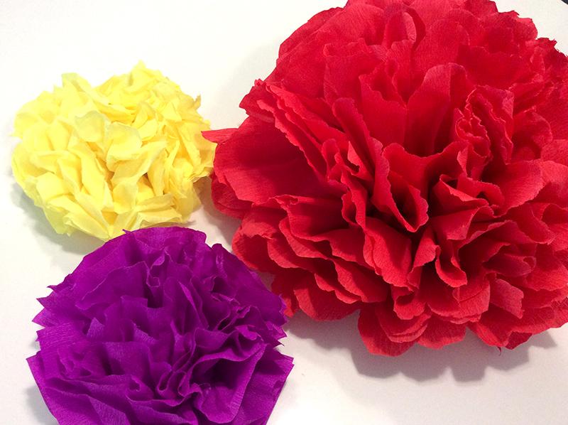 fiori di carta velina e pesta colorati fatti a mano per allestimenti matrimoni, feste, tavoli e compleanno