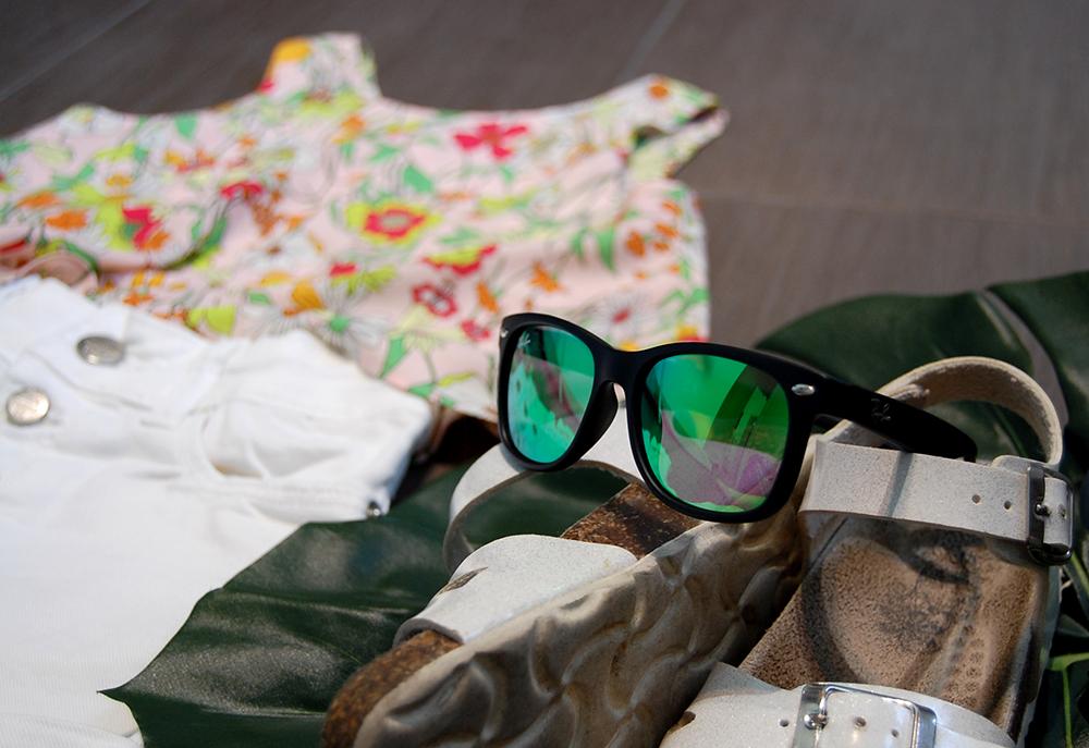 spunto outfit bambina con occhiali ray ban lenti a specchio, sandali primigi e top a fiori zara kids