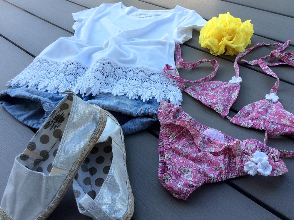 spunto outfit look mare bambina bikini tringolo in cotone con fiorellini malvi&Co made in italy pantaloncini jeans espadrillas tshirt pizzo H&M