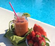 centrifugato di frutta con cibi di estate che favoriscono abbronzatura fragole cocomero carote