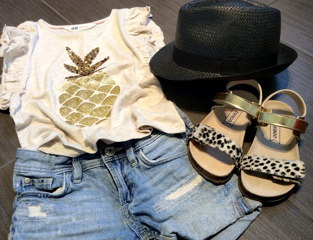 short_jeans_bambina_t-shirt_oro_ananas_sandalini_cavallino_friboo_cappello_panama_catya_momeme
