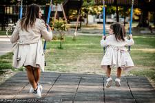 trench_look_coordinato_mamma_figlia_altalena_parco_giochi_adidas_superstar_momeme