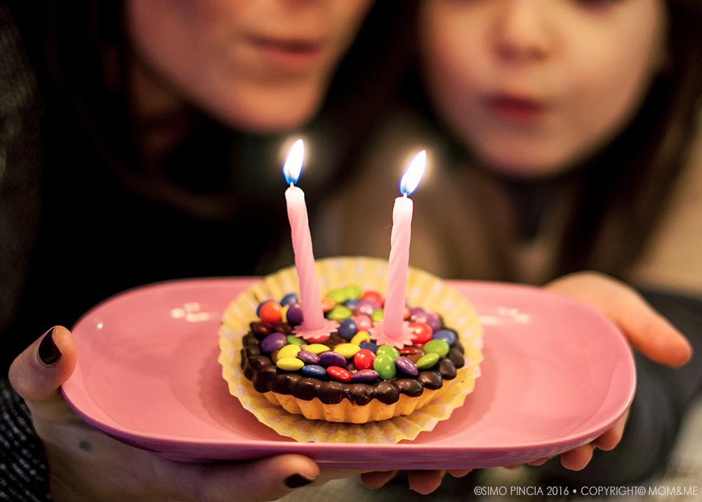 complenno_blog_momeme_2_anni_candeline_accese_mamma_figlia_festa