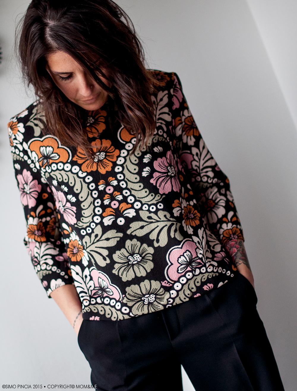 outfit_donna_blusa_trapezio_fantasia_fiori_pantaloni_palazzo_momeme