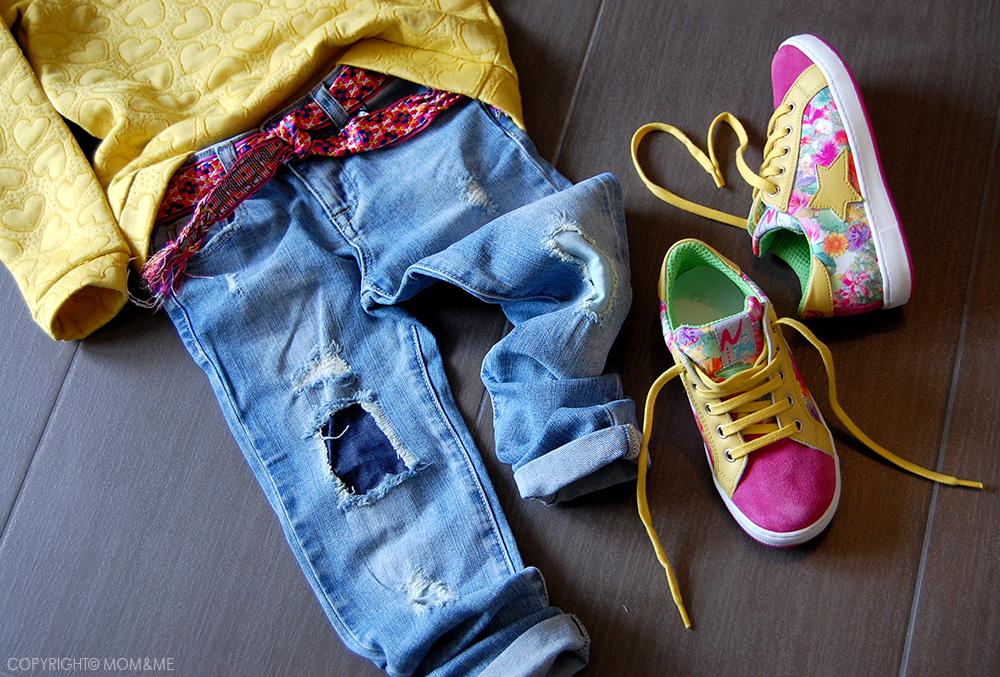 naturino_sneakers_fiori_stella_giallo_fucsia_primavera_bambina_jeans_strappati_zara_felpa_H&M_momeme