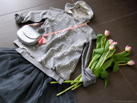 frugoo_texture_sabbia_mare_grigio_gilet_t-shirt_gonna_tulle_tulipani_momeme