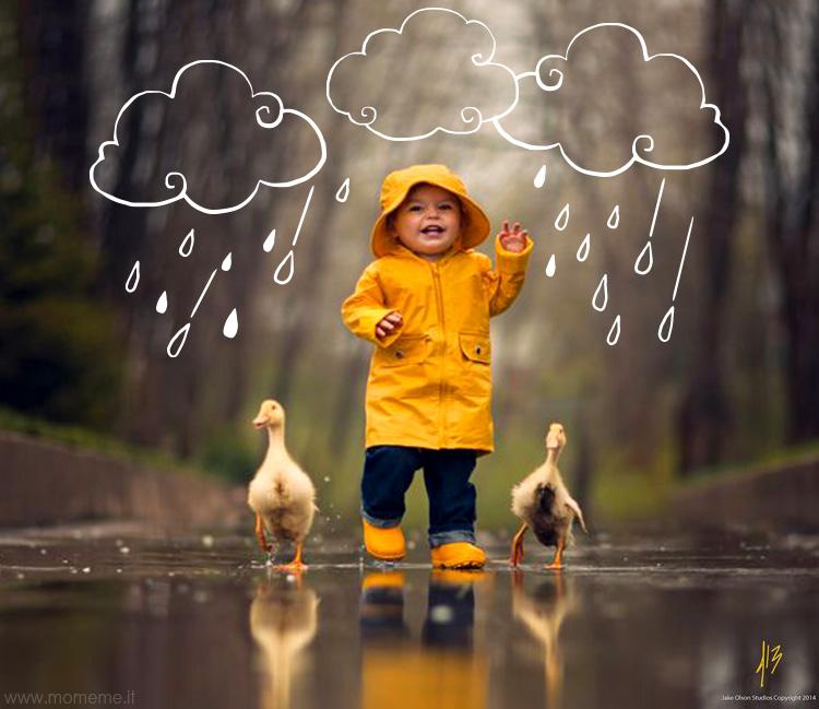 pioggia_bambino_gioco_felice_impermeabile_giallo_animali_nuvole_momeme